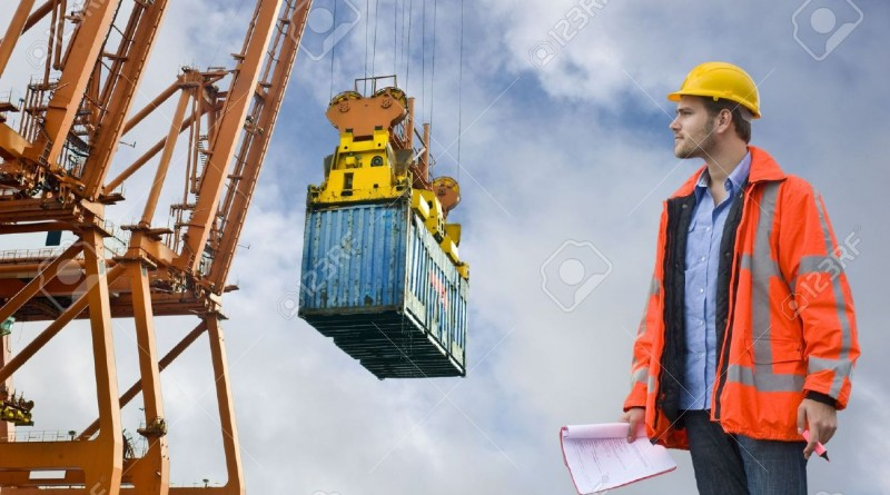 3577093-un-oficial-de-aduanas-de-control-el-control-de-la-descarga-de-los-contenedores-de-carga-en-un-puerto-foto-de-archivo